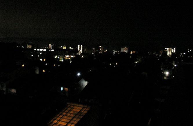 """Vue sur Kyotō depuis le toit terrasse de la """"cheapest Inn""""  (kyotokko)"""