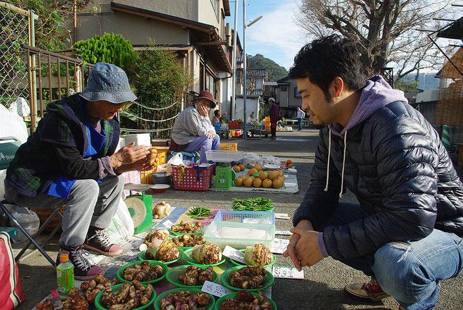 エビ芋の食感を解説する長田ばあちゃんと、Banzai Cafeオーナーの中村健太郎さん