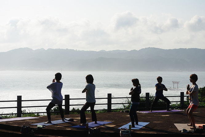勝浦市八幡岬公園でのパークヨガ。海原を前にした絶景で、潮風を感じながら
