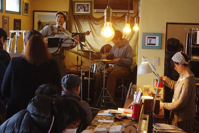 ちょうどライブが行われ、カフェの中はおおいに盛り上がりを魅せています。みんな愉しそう
