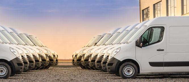 In der Reihe aufgestellte Firmenautos weiß