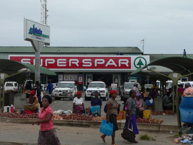 auf dem Weg von Tembe nach St. Lucia, schon wieder in Sued Afrika. Die Supermaerkte konkurrieren mit den Strassenmaerkten