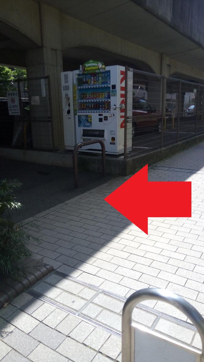 横浜市都筑区仲町台 仲町台駅前DEPOT 専用駐車場裏自動販売機