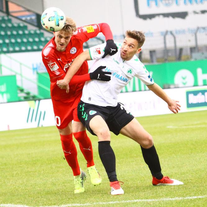 Fürths Mario Maloca gegen Kiels Marvin Ducksch. Fotos: Patrick Nawe