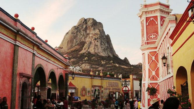 Der größte Monolith Peña de Bernal im zentralmexikanischen Bundesstaat Querétaro.