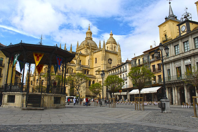 Panorámica de la Plaza Mayor con la iglesia de San Miguel