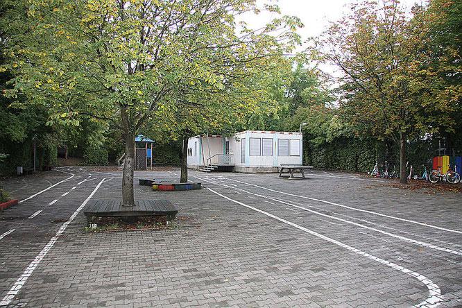 Der Schulhof mit der Rosa Krawallschachtel