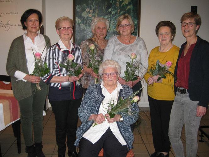 von links: Beate Christianhemmers, Hilde Blomberg, Christel Gosejohann, Luzia Hökenschnieder, Maria Haßmann, Maria Kobusch, sitzend Änne Altehülshorst
