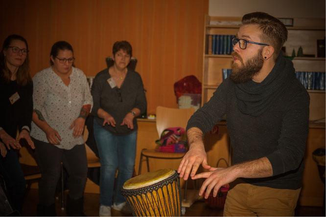 Max-Ole Tammen gibt einen Workshop für afrikanischen Gospel in Uelzen.