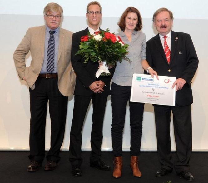 Natalie Finzel, Kapitänin der 1. RSC-Frauen, nahm den Siegercheck über 500 Euro entgegen. Foto: HFV