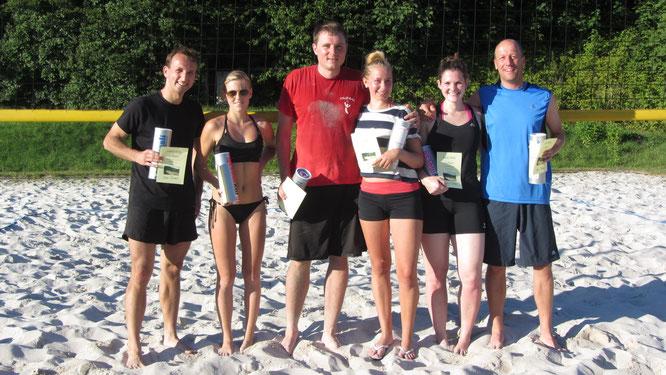 Das Siegerpodest: Zweite Robert/Lisa (links), King&Queen Toby/Viki (Mitte), Dritte Ines/Martin (rechts)