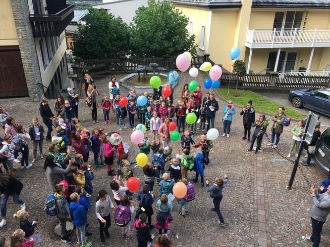 Die Schulanfängerinnen und Schulanfänger schickten -so wie jedes Jahr üblich- am 1. Schultag einen Ballon mit Namenskärtchen auf die Reise.