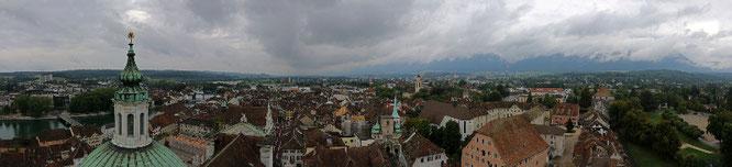 Das hed is denn aber erwartet, es trüebs Panorama vom Turm vo de St. Ursekathedrale. De Wisseschtei versteckt sech oberhalb vom ronde Riedholztorm hender de Hüüserzeile am rächte Beldrand