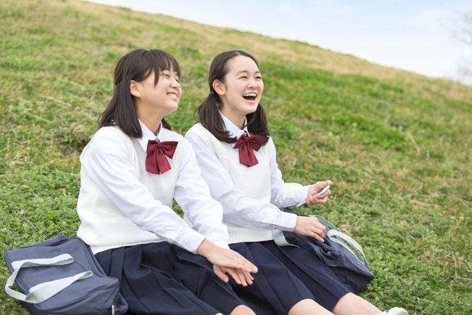 堤防の中学生二人