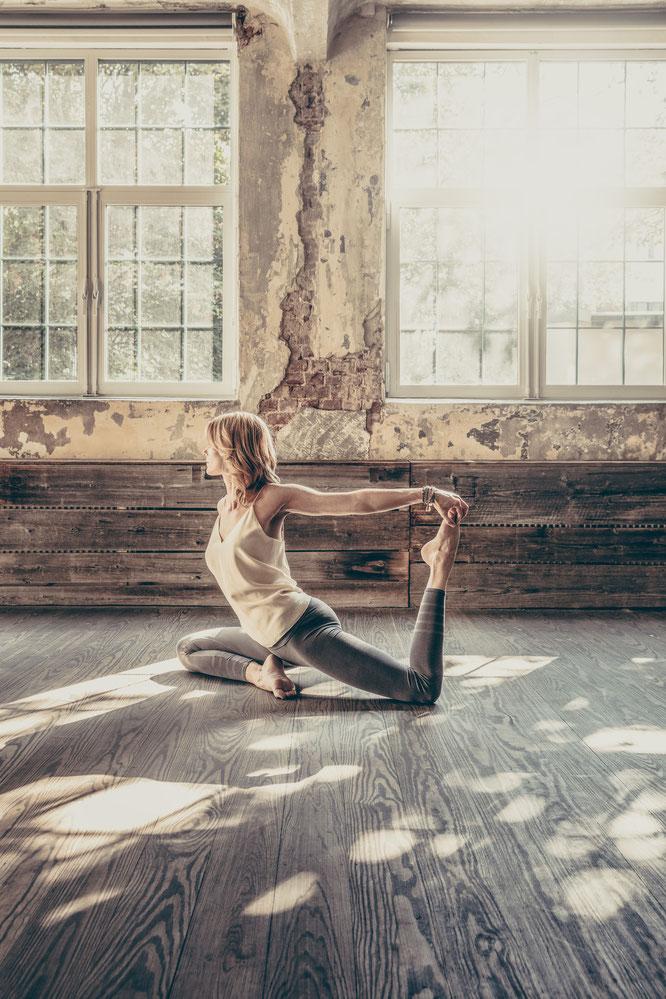 """Yoga Mama Annika Isterling im Interview mit dem Mama Yoga Blog MOMazing: über ihr neues Buch """"Ankommen"""" - Yoga zu Hause, Home-Practice, Meditation, Entspannung, Core"""