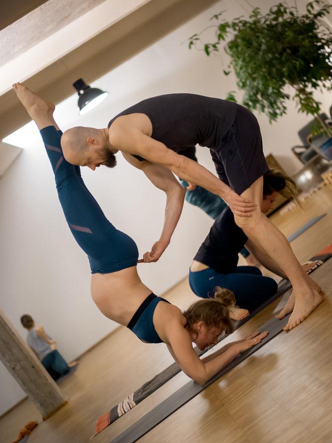 Dr. Melanie und Dr. Ronald Steiner im Interview mit dem Mama Yoga Blog MOMazing: Ihre Ashtanga Yoga Praxis während der Schwangerschaft und nach der Geburt ihre Sohnes.