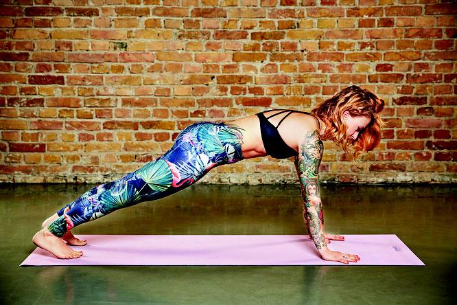 Yoga-Mama und Buchautorin Jelena Lieberberg - Buchverlosung Kick-Ass.Yoga auf dem Yoga Mama Blog MOMazing.
