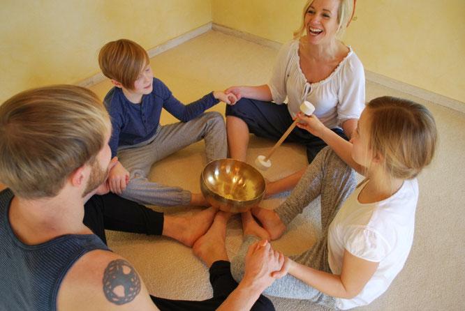 Tina Buch schreibt über Klangyoga für Kinder auf dem Mama Yoga Blog MOMazing.