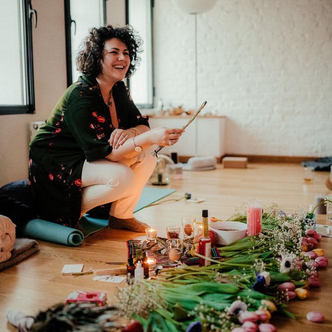 Blessingway-Rituale für Schwangere: Doula Maria Christina Gabriel beim Räuchern mit Salbei