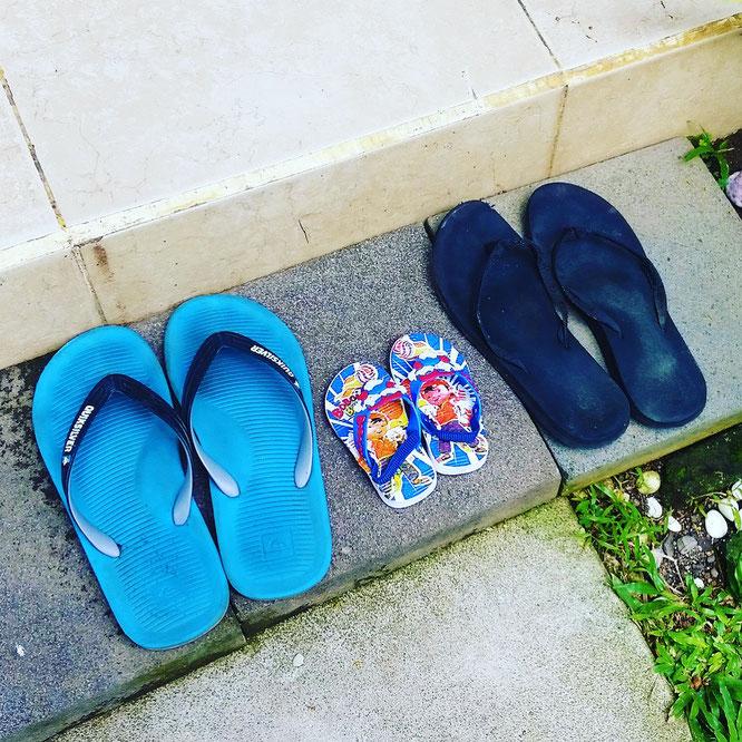 Die Familien-Flip Flops. Elternzeit mit Baby auf Bali. Yoga Mama Blog MOMazing.