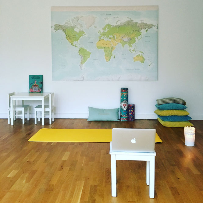 Kathrin von Mama Yoga Blog MOMazing übt Online Yoga mit Yogaia: Mein Yoga-Mama-Studio im Wohnzimmer.
