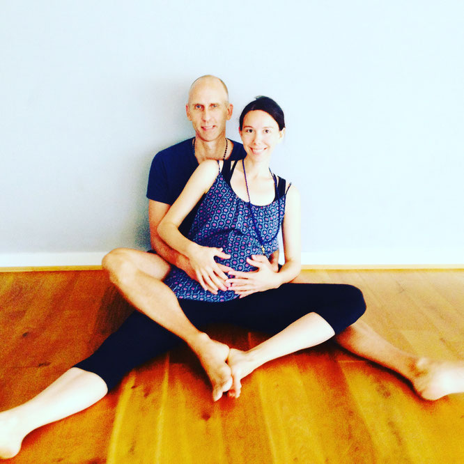 Eric Bennewitz und Eva Sasse von Peace Out Yoga. Yin Yoga in der Schwangerschaft auf dem Mama Yoga Blog MOMazing.
