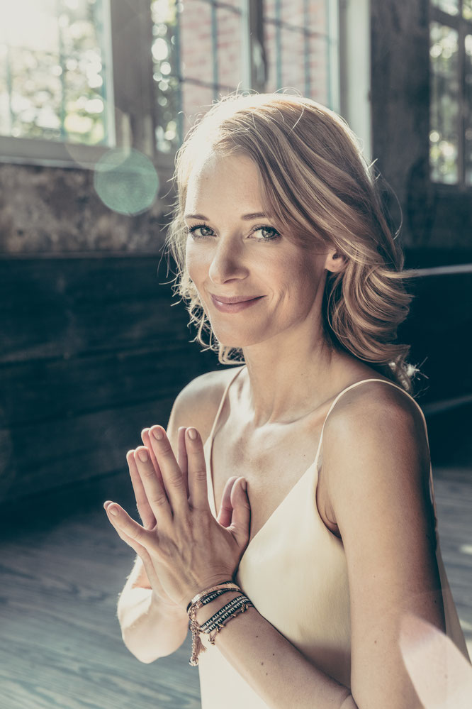 Yoga Mama Annika Isterling im Interview über Yoga zu Hause Home-Practice, Meditation, Entspannung, Core MOMazing Yoga Mama Mami Blog