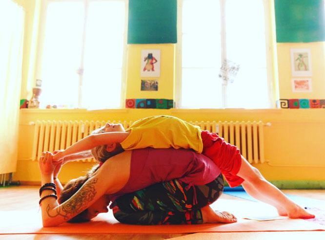 Kinderyoga-Lehrerin Andrea Helten genießt die Asana-Praxis mit ihrer Tochter. Auf dem Mama Yoga Blog MOMazing erzählt sie von ihrem Weg zu Kinderyogalehrerin.