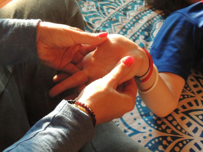 Sandra Walkenhorst schreibt auf dem Mama Yoga Blog MOMazing über Thai Yoga für Kinder - Berührung ist Liebe.