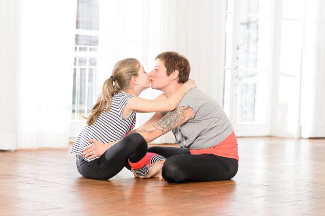 """Kinderyogalehrerin Andrea Helten und Tocher Lily im Interview mit dem Mama Yoga Blog MOMazing: Über ihr Buch """"Yoga für dich und dein Kind""""."""