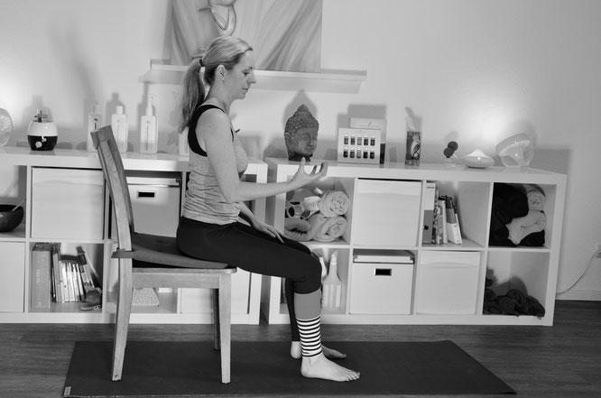 Henrike Albers zeigt auf dem Mama Yoga Blog MOMazing Yoga Übungen für den Beckenboden.