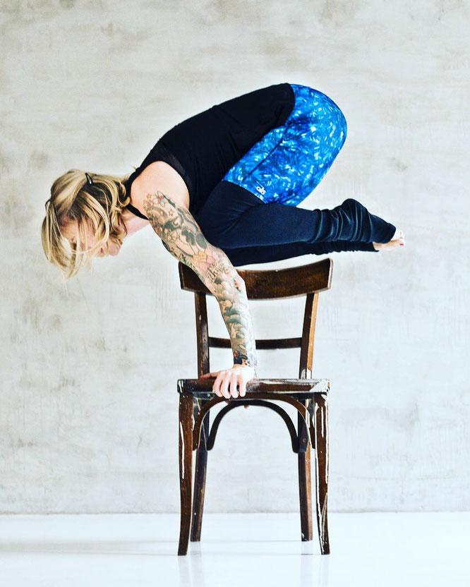 Yogalehrerin Jelena Liebermann liebt die Herausforderung. Hier in der Krähe. Im Interview mit dem Mama Yoga Blog MOMazing.