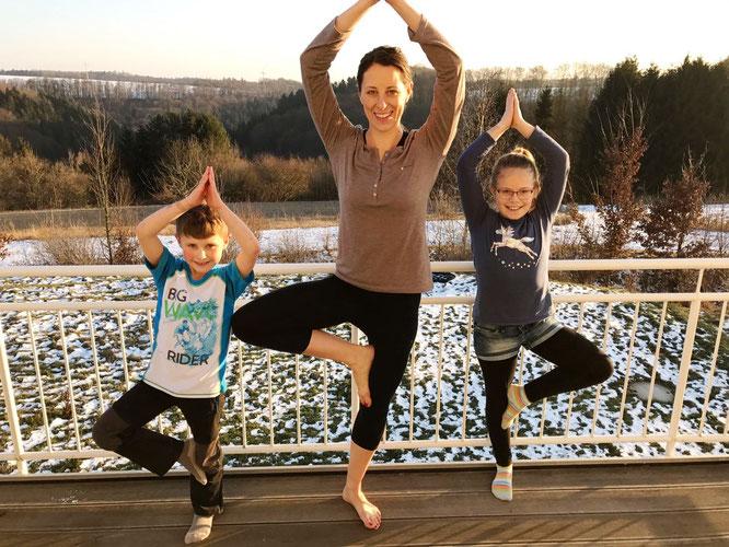 Yoga-Mama und Buch-Autorin Lisa Becker mit ihren kleinen Co-Yogis auf dem Mama Yoga Blog MOMazing.