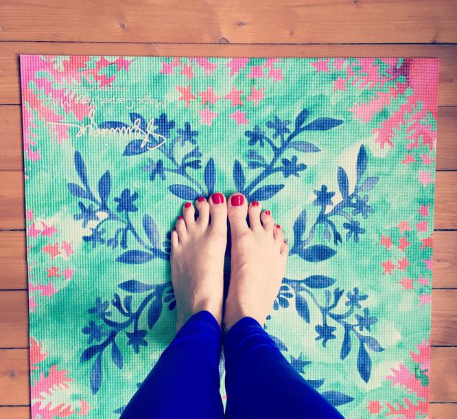 Bunte Yogamatte Magic Carpet Yoga Mat Füße MOMazing Mama Mami Yoga Blog Yogamama Yoga-Mama Bucket List