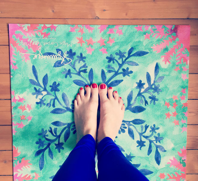 Die bunte Magic Carpet Yoga Mattte ist mein Favorit. Erfahre mehr über meine Yoga-Mama Bucket List.