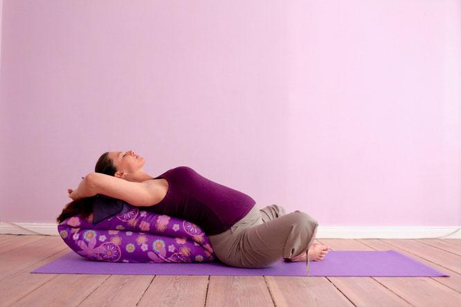 Sarah Müggenburg empfiehlt Entspannung und Yoga während der Schwangerschaft. Über Prenatalyoga und Schwangerschaftsyoga auf dem Mama Yoga Blog MOMazing.