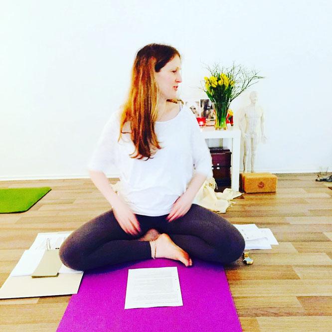 Saskia Schmitz gibt Tipps für die Yogalehrer Ausbildung nach der Schwangerschaft in der Elternzeit. Yoga Mama Blog MOMazing.