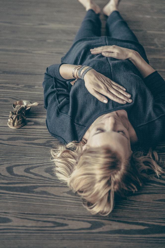 Yoga Mama Annika Isterling im Interview über Yoga zu Hause Home-Practice, Meditation, Entspannung, Core MOMazing Yoga Mama Mami Blog