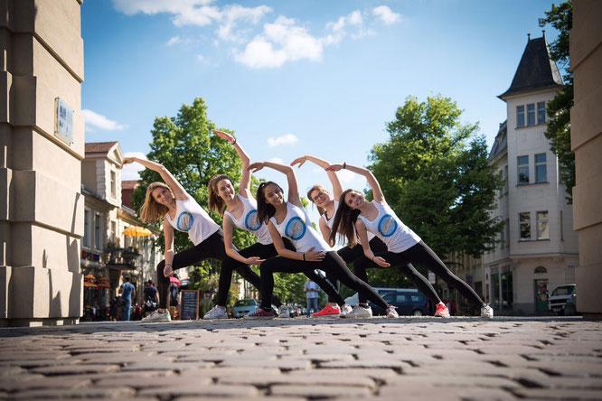 Yoga für Teenagers auf dem Mama Yoga Blog MOMazing: Yogalehrerin Jacqueline Draheim-Frank schreibt über Teenie Yoga.