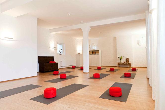 Space Yoga Nürnberg: MOMazing City Guide Nürnberg - Städtetrips und Reisen mit Kind mit Tipps von Yogalehrerin Antje von Karma-Mama.