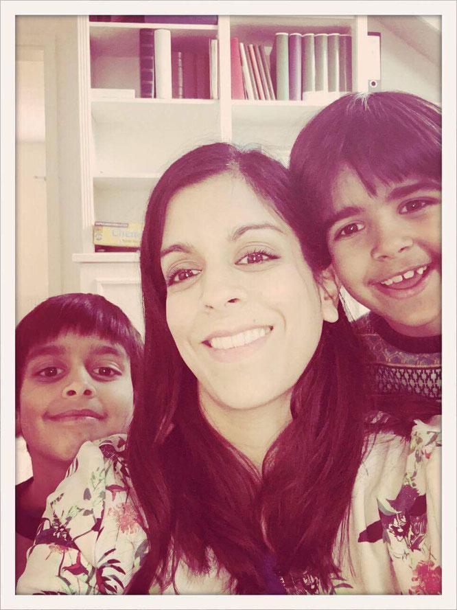MOMazing-Autorin Zahra Lindenblatt mit ihren Söhnen. Beckenboden Beckenbodenglück Yoga Mama Mami Blog