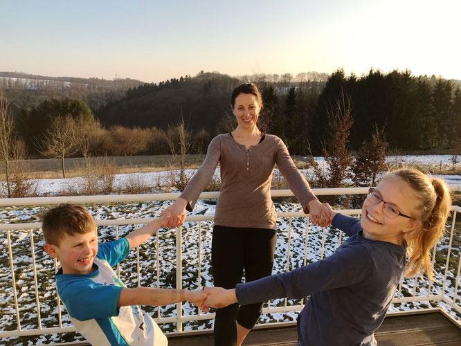 In Verbindung: Yoga-Mama Lisa Becker mit ihren Kindern auf dem Mama Yoga Blog MOMazing.
