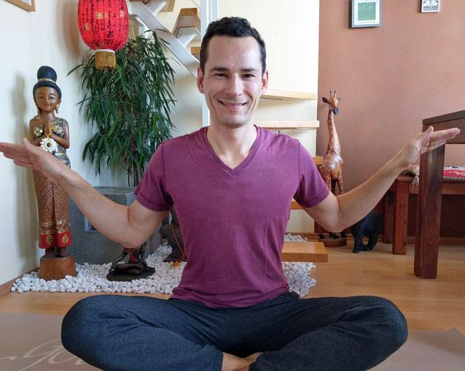 Kinderyoga mit Florian Sprater von Govinda Yoga. Yoga Übungen für Kinder auf dem Mama Yoga Blog MOMazing.