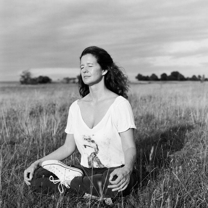 Yoga- und Meditationslehrerin Maria Toth auf dem Mama Yoga Blog MOMazing: In der Schwangerschafts-Meditation Liebe und Kraft wahrnehmen.