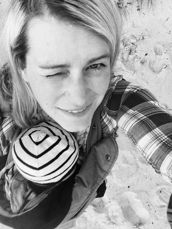 Diana Schlesier ist Yogamama,  Yogalehrerin  und Gründerin von Makai Yoga. Auf dem Mama Yoga Blog MOMazing schreibt sie darüber, wie sie nach der Geburt und als Mama wieder zur Selbstliebe gefunden hat.