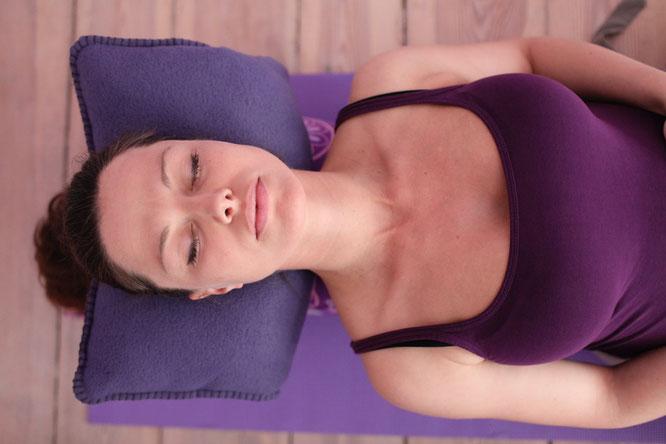Sarah Müggenburg entspannt während ihrer Schwangerschaft. Über Prenatalyoga und Schwangerschaftsyoga auf dem Mama Yoga Blog MOMazing.