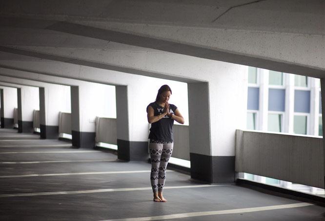 In der Ruhe liegt die Kraft: Yogini, Mama und Mantra-Sängerin Julia Elena im Interview mit dem Mama Yoga Blog MOMazing.