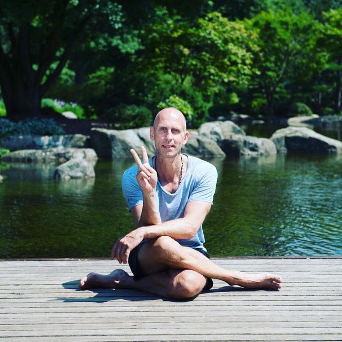 Yogalehrer Eric Bennewitz von Peace Out Yoga schreibt über Yoga Nidra während der Schwangerschaft. Yoga Mama Blog MOMazing