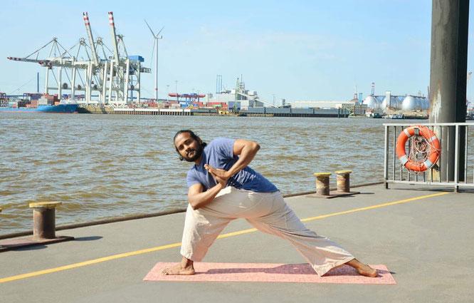 Papa und Yogalehrer Arun Thankaraj im Interview mit dem Mama Yoga Blog MOMazing.