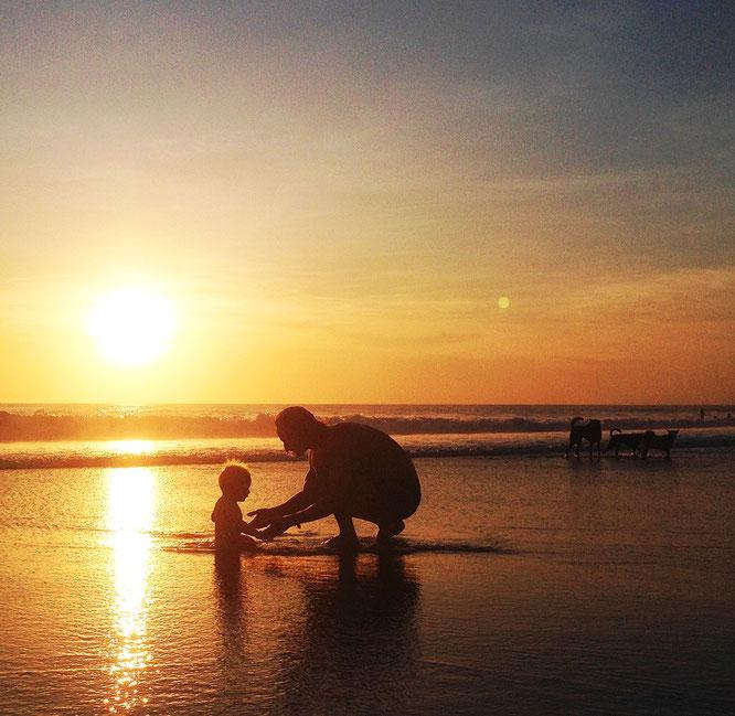 Michael Full mit Sohn Luke berichtet über seine Yoga-Papa-Elternzeit auf Bali. Yoga Mama Blog  MOMazing.
